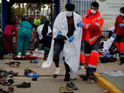 Sanitarios y miembros de la Cruz Roja atienden a los inmigrantes que consiguieron saltar la valla de Melilla el pasado mes de abril.
