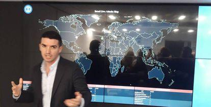 Lavy Shtokhomer, director del CERT, organismo del Gobierno responsable de la seguridad informática en todos los ámbitos del país, delante del mapa que monitoriza la procedencia de los ataques que recibe Israel a través de la Red.