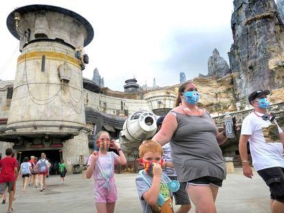 Varios turistas pasean por Disney World el pasado jueves, cuando reabrieron los parques temáticos en Florida.
