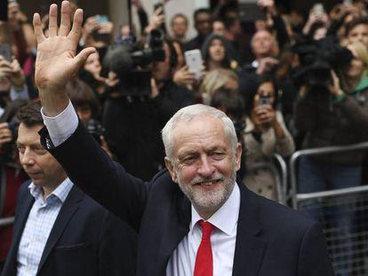 El líder laborista, Jeremy Corbyn sale de la sede de su partido en el centro de Londres, este viernes.