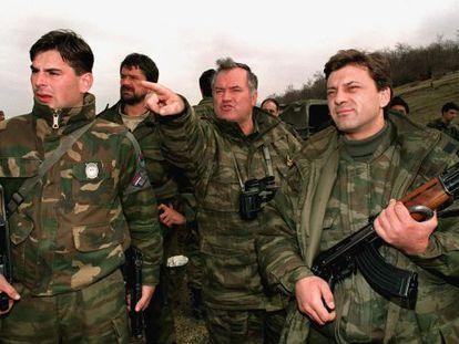 Ratko Mladic en 1994, cuando estaba al mando del Ejército serbobosnio, señala una posición enemiga en Gorazde, rodeado de soldados.