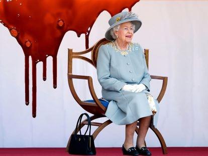 'El nudo Windsor' no sería muy diferente de todas esas novelas en ambientes bucólicos donde una señora simpática resuelve crímenes si no fuera porque esta vez esa señora es la mismísima Isabel II.