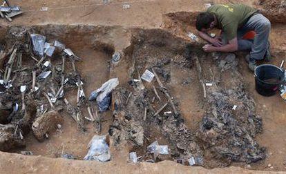 La fosa hallada de la localidad burgalesa de La Pedraja es mayor de lo esperado. En lugar de los 70 cadáveres que se esperaba que albergase, han sido hallados de momento 96.