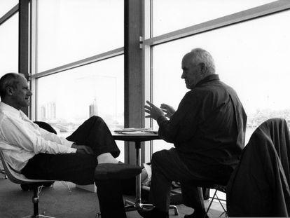 Norman Foster y Otl Aicher, en Londres (1990).