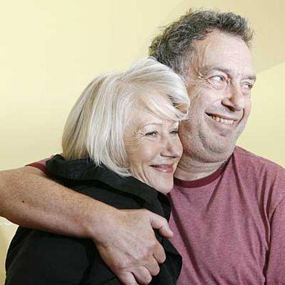 Stephen Frears abraza a Helen Mirren en la presentación en Venecia de <i>La Reina</i>.