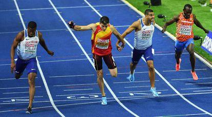 Bruno Hortelano, centro, cruza la meta en la final del 200.