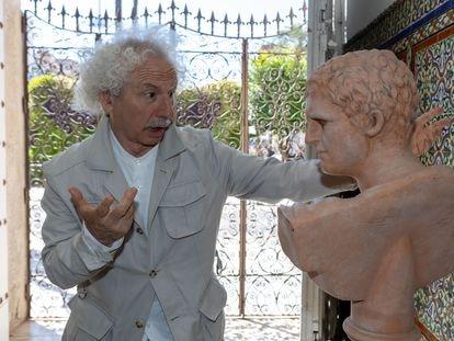 Rafael Álvarez, 'El Brujo', posa junto a un busto romano, este lunes en Mérida.