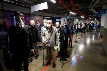 Un grupo de ciudadanos hace cola para recibir una vacuna contra la covid, ayer 9 de marzo en el Movistar Arena de Bogotá (Colombia).