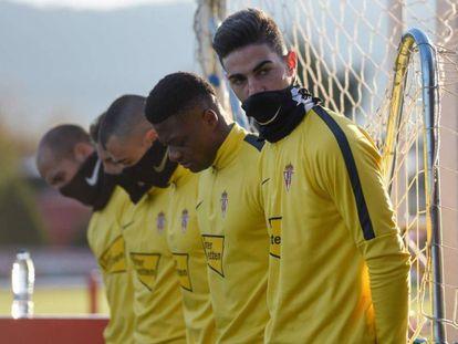 La plantilla del Sporting de Gijón, en el entrenamiento de este jueves.