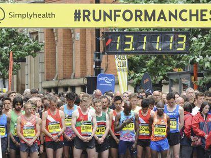 Los corredores guardan un minuto de silencio antes de comenzar la competición, este domingo en Mánchester.