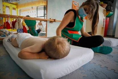 Un niño se dispone a descansar en la Escuela Infantil Gloria Fuertes.