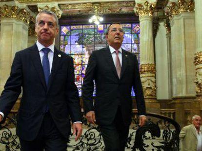 Iñigo Urkullu, por delante del diputado general de Bizkaia, José Luis Bilbao, en la recepción de San Ignacio.