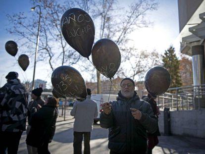 Concentración frente a los juzgados de Plaza de Castilla, de Madrid, de afectados por la venta de pisos de protección oficial del IVIMA a un fondo buitre.
