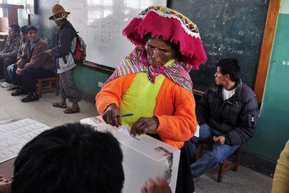 Una mujer quechua deposita su voto en un colegio electoral en Cuzco.