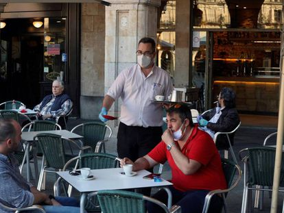 Un camarero sirve a los clientes en una terraza de la Plaza Mayor de Salamanca.
