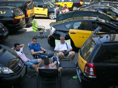 Taxistas en huelga bloquean la Gran Via de Barcelona.