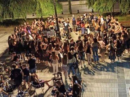 Decenas de jóvenes celebran una fiesta en Beasain, Gipuzkoa.