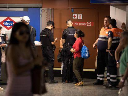 Dos policías nacionales atienden a dos pasajeras que acaban de sufrir un robo en la estación de Sol.