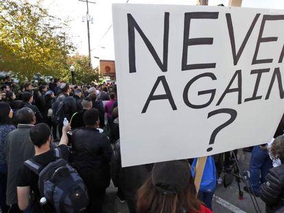 Protesta en Pittsburgh tras la matanza de 11 personas en una Sinagoga. En el cartel puede leerse: