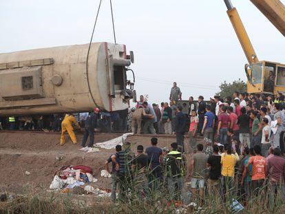 El vagón descarrillado este domingo a su paso por Toukh (Egipto).