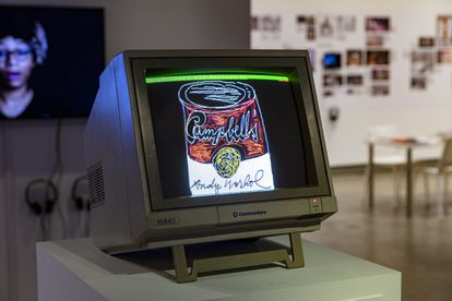 'Sin título (Lata de sopa Campbell)' es uno de los objetos digitales que Andy Warhol creó en 1985, ahora subastados por la casa Christie's. El estudio de la Universidad Carnegie Mellon (Pensilvania) que recuperó estos archivos los expuso en 2019, presentándolos en su soporte original.