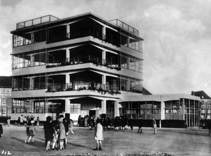 Open Air School for Healthy Children (colegio al aire libre para niños sanos), de Bernard Bijvoet y Jan Duiker, en AMsterdam (1927-1930).