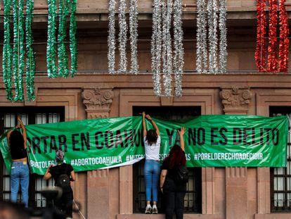 Un grupo de mujeres cuelga un cartel para celebrar la despenalización del aborto en la Suprema Corte de Justicia de Saltillo (Coahuila), este martes.