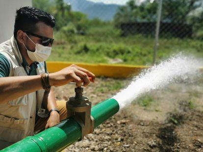 Un trabajador de Unicef comprueba un sistema de purificación de agua rehabilitado y reforzado por la organización en Táchira (Venezuela) en junio de 2020.