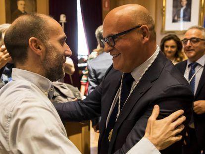 Manuel Baltar saluda a Gonzalo Pérez Jácome tras ser elegido presidente de la Diputación de Ourense gracias a su apoyo.