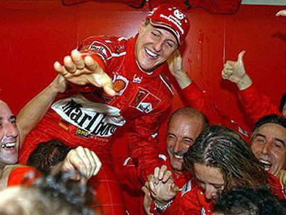 Michael Schumacher celebra con el equipo Ferrari su sexto título mundial de Fórmula 1, a mediados de la década de los 2000.