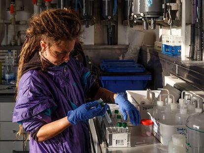 Una investigadora del Instituto Español de Oceanografía durante una campaña de investigación en el golfo de Cádiz realizada este año.