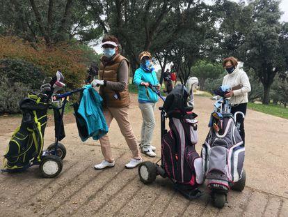 Un grupo de jubiladas indignadas con la subida, en el Club de Campo.