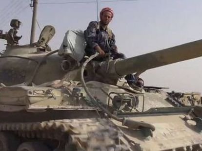 Imagen de una Web yihadista con un tanque del Ejército sirio capturado en Al Quariatain.
