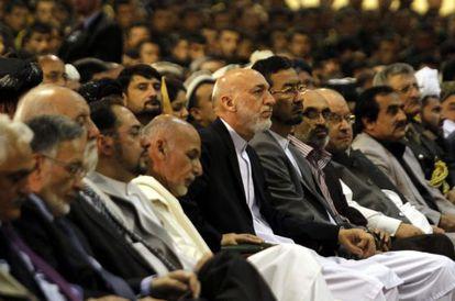 El presidente afgano, Hamid Karzai (c), durante una ceremonia, ayer, para celebrar el comienzo de la última fase del proceso de transición de la seguridad en el país