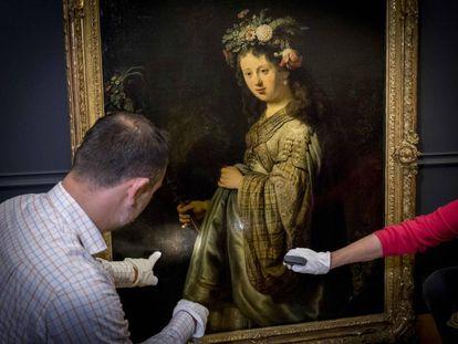 Dos comisarios de la muestra en Ámsterdam analizan el retrato de Rembrandt en el que retrató en 1634 a su esposa como la diosa Flora.