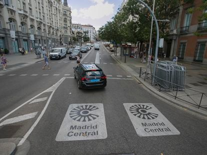 Señales informativas al comienzo de un tramo de Madrid Central, el pasado 31 de julio.