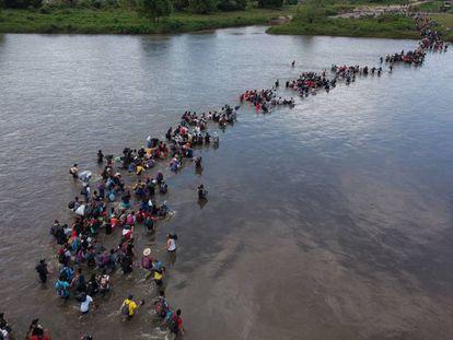 Migrantes salvadoreños se dirigen hacia Estados Unidos a su paso por Guatemala a principios de noviembre.