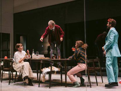 Un momento del montaje de 'Les tres germanes' en el Teatre Lliure de Barcelona.