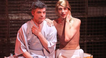 Nacho Guerreros, a la izquierda, y Kike Guaza, en un ensayo de 'Juguetes rotos', en el Teatro Español.