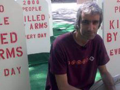El director de la ONG española Fundació per la Pau (Fundación por la paz), Jordi Armadans, posa junto a la escenificación -frente a la sede de la ONU en Nueva York- de un cementerio, organizada por la Coalición Armas Bajo Control, que reúne a asociaciones de 125 países.