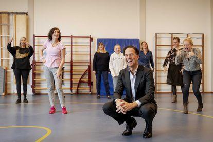 Mark Rutte, primer ministro holandés, el miércoles en una visita a una escuela en la localidad de Oegstgeest