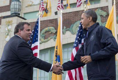 El presidente Barack Obama y Chris Christie se dan la mano antes de recorrer la zonas afectadas por Sandy.