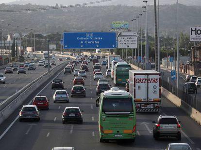 Tráfico intenso en la autovía A-6, en la salida de Madrid.