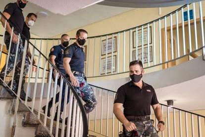 Cinco de los policías que participaron en la evacuación de Kabul, en su base en Guadalajara.