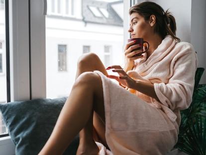 Disfruta de la máxima comodidad dentro de casa y protégete del frío con una bata. GETTY IMAGES.
