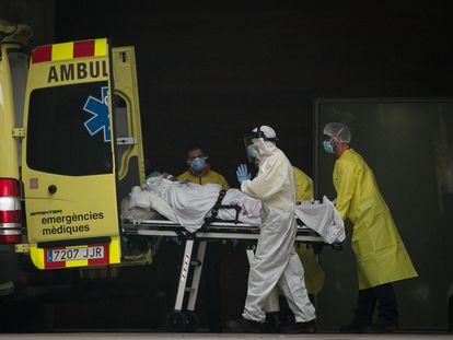Profesionales sanitarios en la entrada de urgencias del Hospital de Bellvitge.