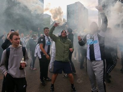 Aficionados del Newcastle United celebran la venta del club al consorcio en St. James's Park.