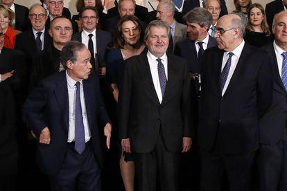 El ministro de Cultura, Iñigo Méndez de Vigo, el Presidente del Liceu de Barcelona, Salvador Alemany, y el presidente del Teatro Real, Gregorio Marañón, tras la firma del acuerdo.