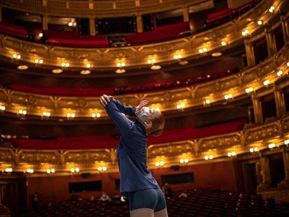Una bailarina del Ballet Nacional de Chequia ensaya en noviembre la obra 'Phoenix', que finalmente fue pospuesta, en el Teatro Nacional de Praga.
