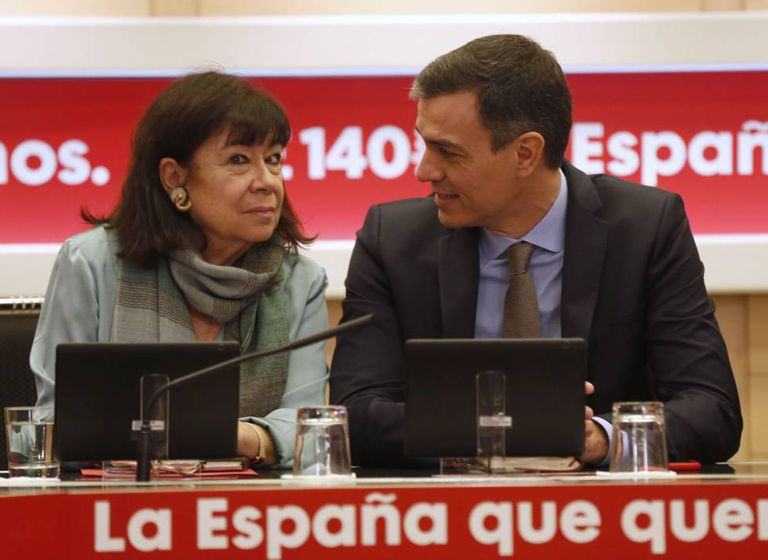 Pedro Sánchez y la presidenta del PSOE, Cristina Narbona, durante una reunión de la dirección del partido.